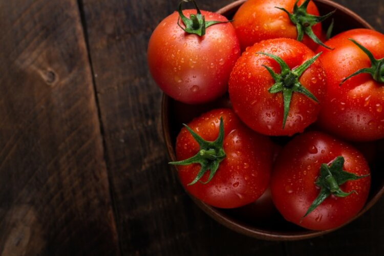 Fresh tomatoes in bowl