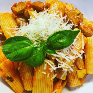 Bright and robust rigatoni with fresh basil from IG user @juliastokey009